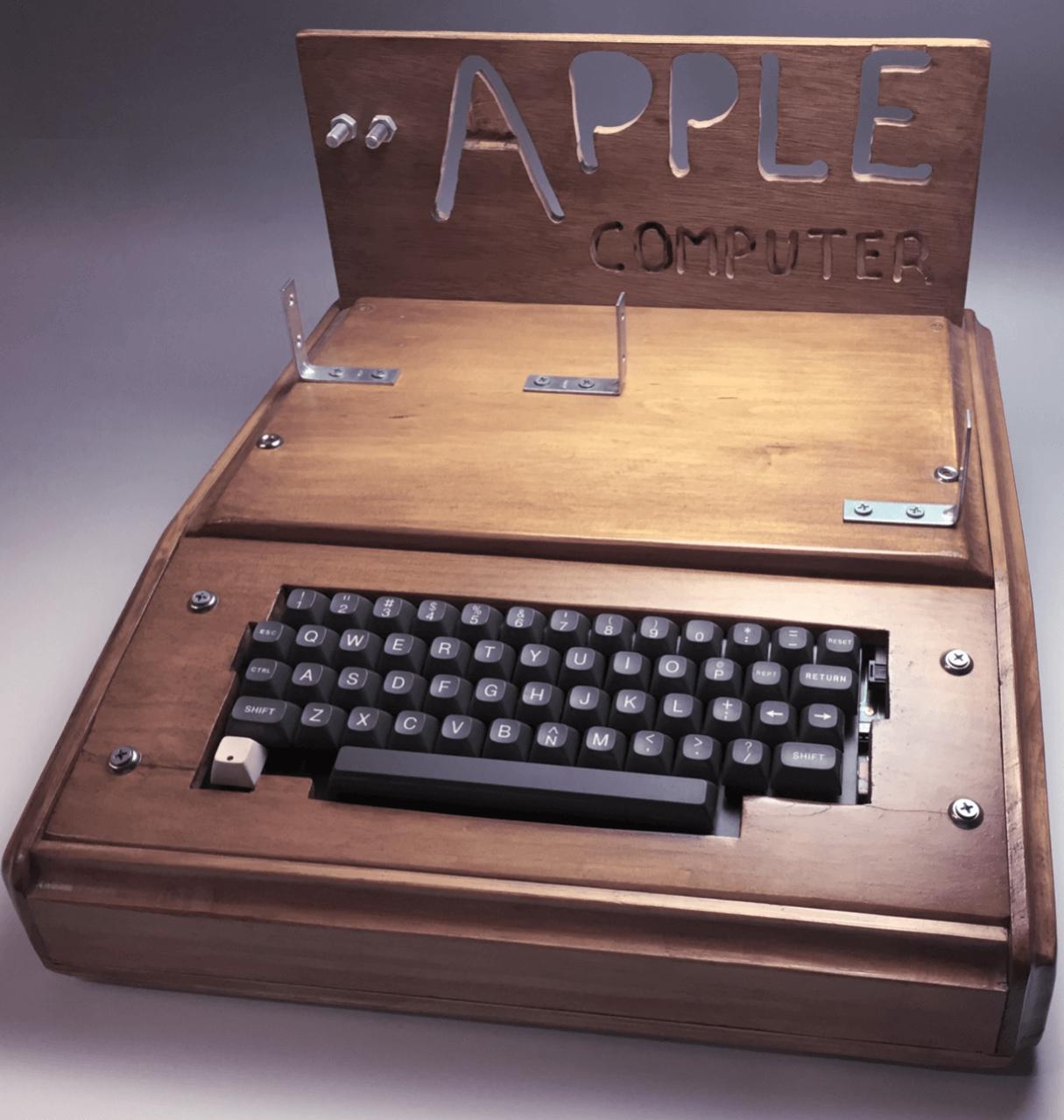 ミュージアムにおいてあるようなApple-1ケースをReplica-1を作った人から譲ってもらいました