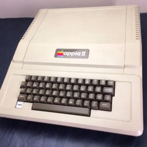 ウォズニアックがコンピュータ(ハードとソフト)を独自で作り完成させていたがHP社は彼をコンピュータ部門に配属しなかった《1976年》