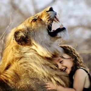 【動画】動物との触れあい動画(多数) 猛獣とのハグも